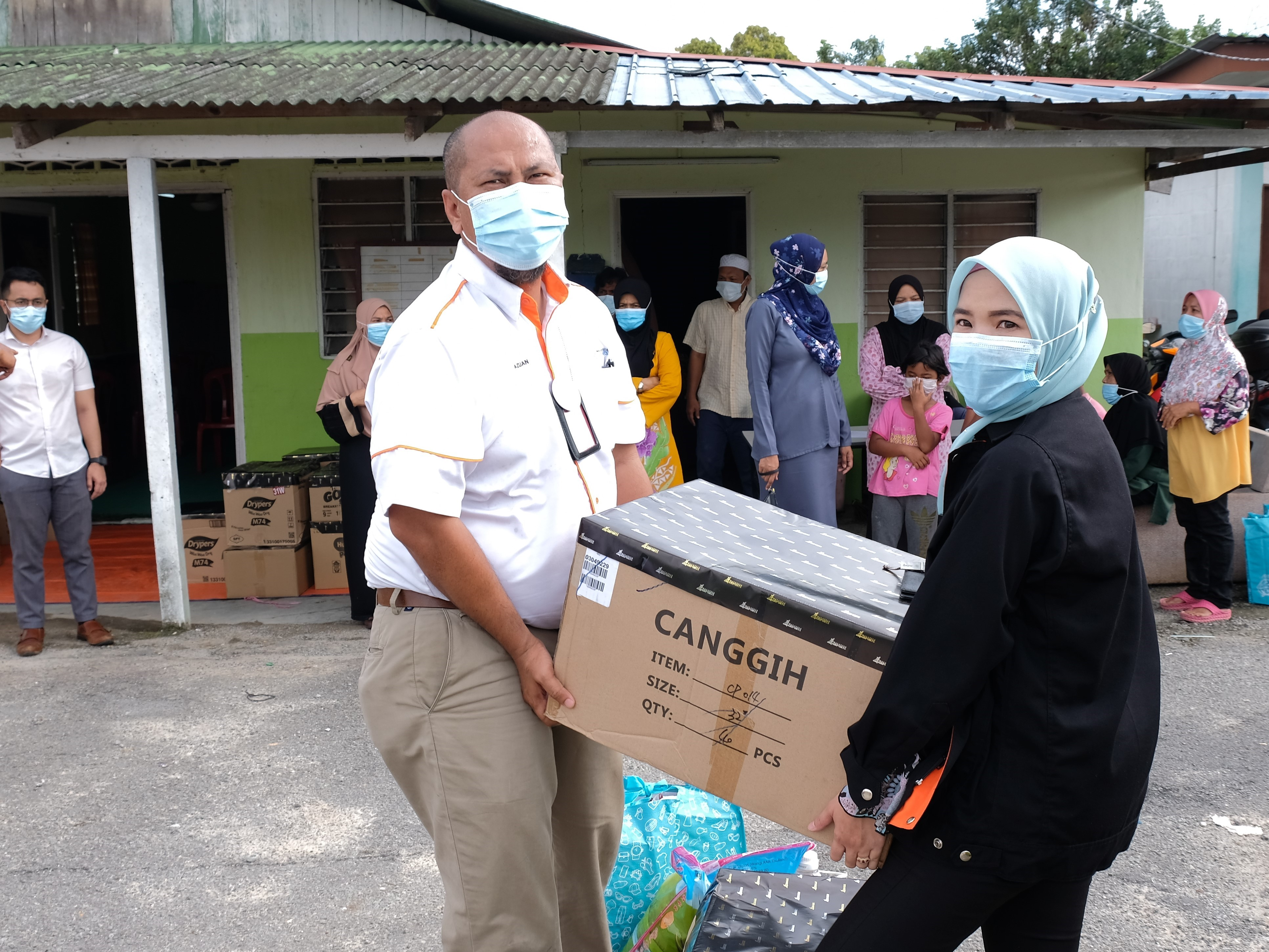 Malaysia Airports' employees helping out with the distribution at Kampung Labu Lanjut.